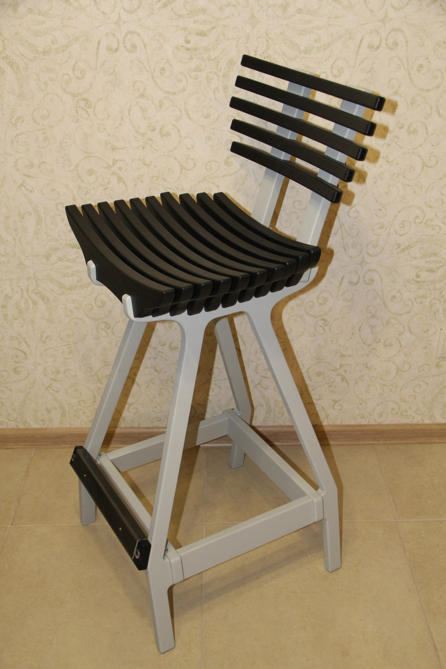 Деревянный барный стул со спинкой